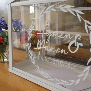vitrine met gepersonaliseerd trouwlogo