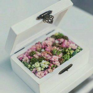 wit houten kistje met bloemen